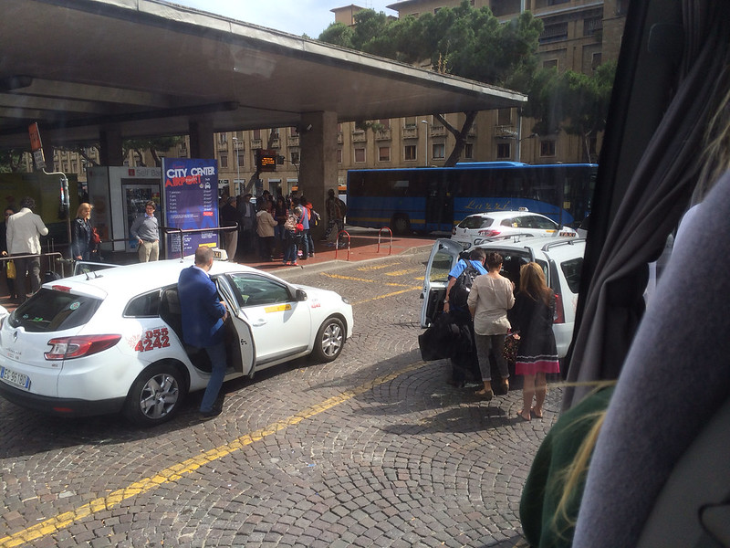 シャトルバスから駅を見る