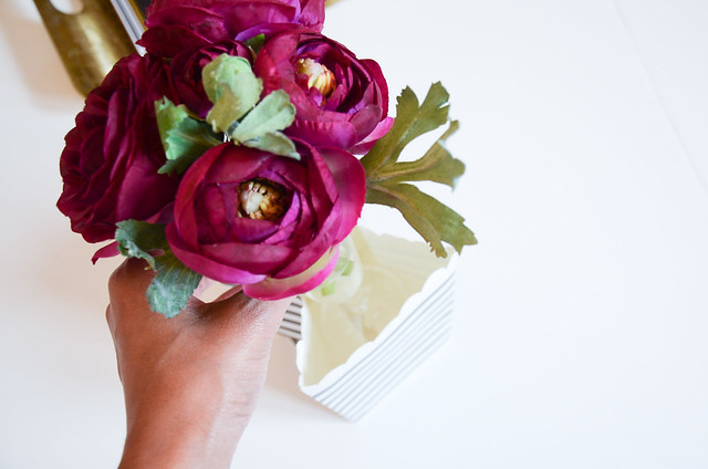 DIY HOME DECOR: use black and white striped paper bag and vase for flowers (ranunculus)