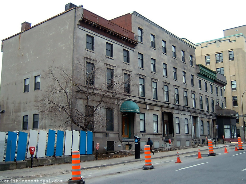 Big greystone demolished - next to Trinity Anglican church - Eglise St-Sauveur (Nov 2010) 10