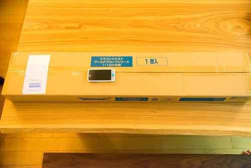 ドラゴンクエスト ワールドプロップシリーズ 1/1ロトの剣 iPhoneと箱を比較