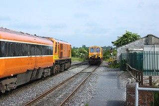 225 Iarnród Éireann awaits 233 coming off the single line before proceeding on an Inter-city service at Tullamore 17th June 2006.