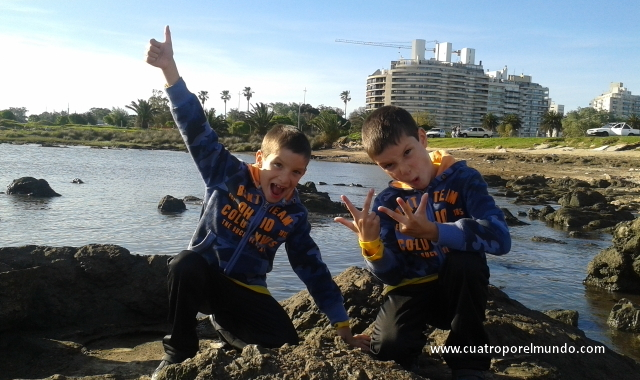 Jugando en las rocas de Punta Carrretas