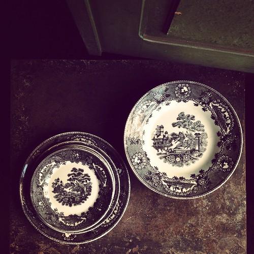 """Os pratos (12 de cada) da série """"Cavalinho"""" da extinta Fábrica de Loiça de Sacavém"""