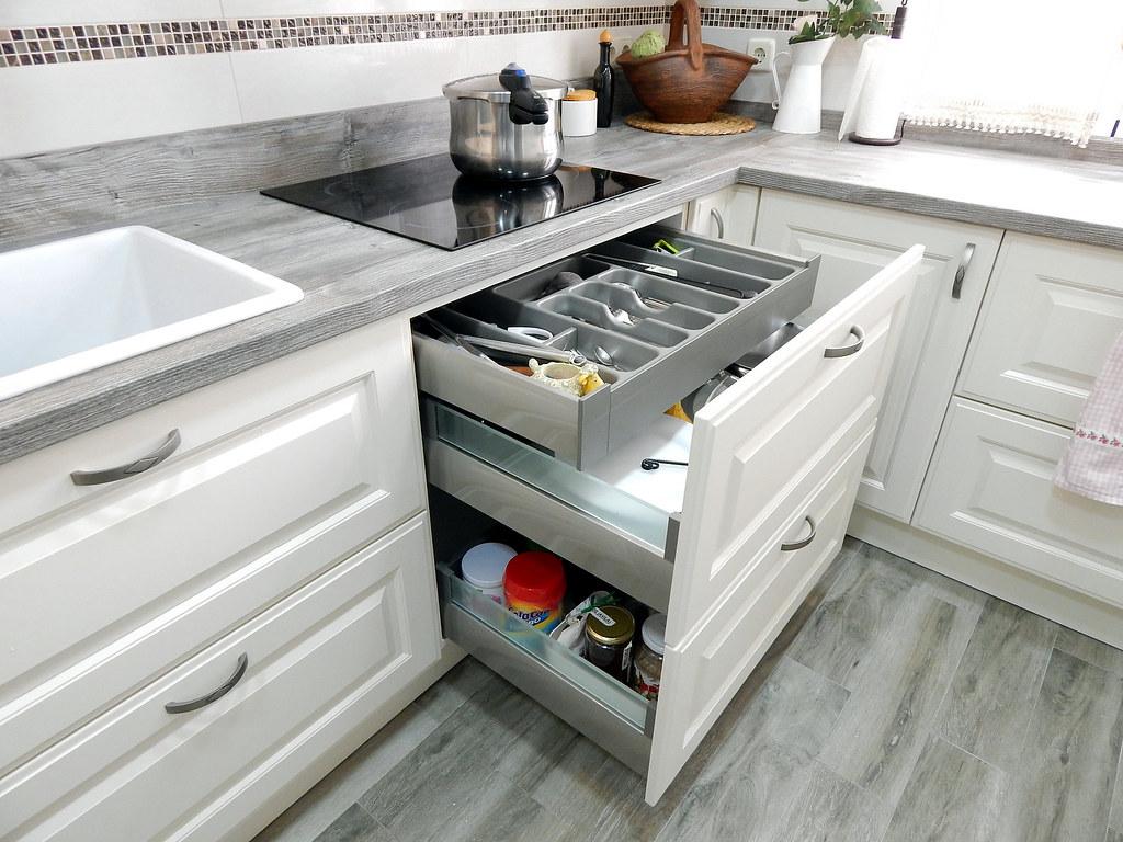 Muebles de cocina dise o cl sico for Disenos de muebles de cocina colgantes