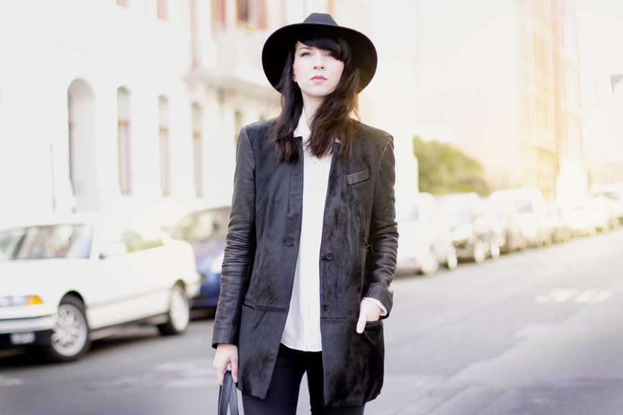Muubaa coat black hat ootd outfit fall autumn styling dark cool city look cats & dogs ricarda schernus 3