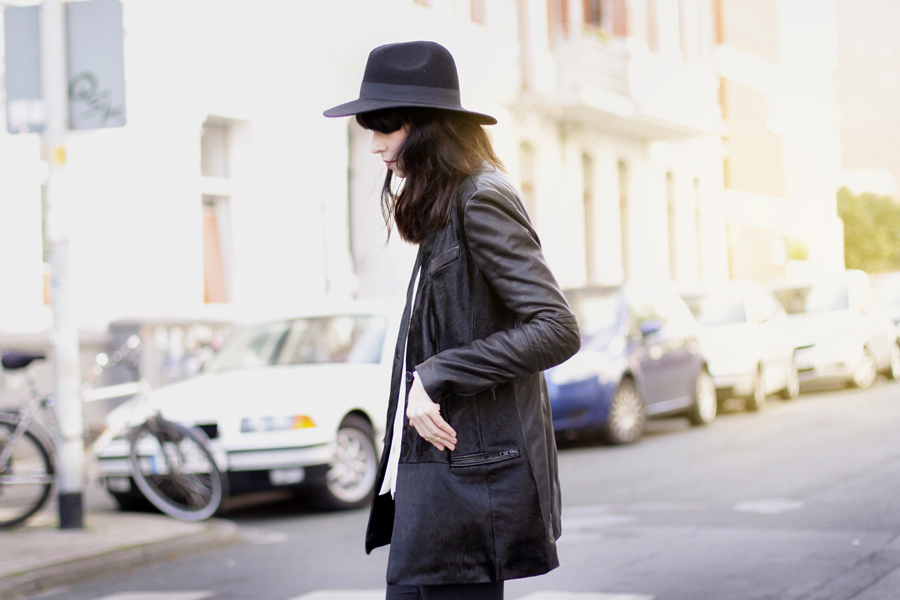 Muubaa coat black hat ootd outfit fall autumn styling dark cool city look cats & dogs ricarda schernus 4