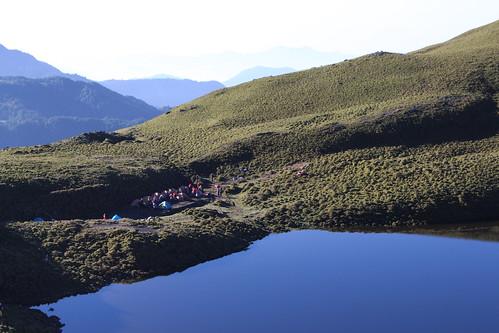 湖畔露營或許方便欣賞美景,不過環境成本又該跟誰追討?
