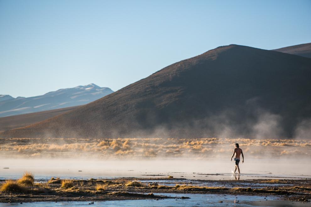 Un turista pasea por las Aguas Termales de la Laguna Chalviri, en la provincia de Potosí, Bolivia. Es uno de los principales puntos turísticos de la zona ya que al sur de la laguna se encuentra una zona de aguas termales de 30ºC donde se puede bañar. (Tetsu Espósito)