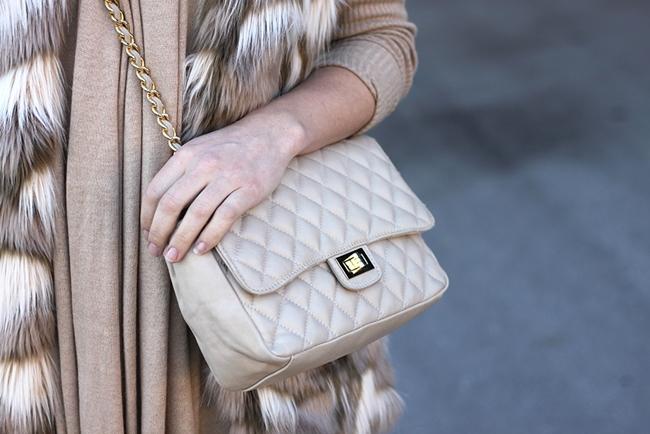 whoismocca-fashionblog-beautyblog-interiorblog-fakefur-weste-zara-cos-peeptoe-wedges-cardigan-gesteppte-tasche-chanel-06