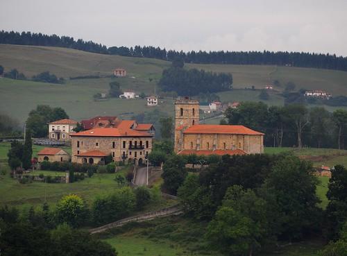 Vista general de la Iglesia de S. Cipriano y del palacio de Villa-Vierna.