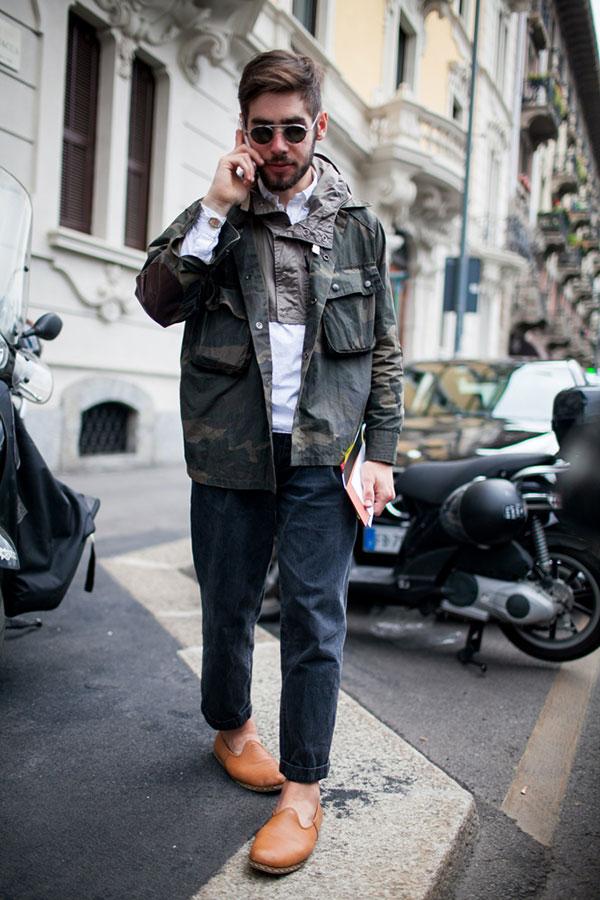 迷彩コンバットジャケット×白シャツ×ブラックジーンズ×キャメルローファー