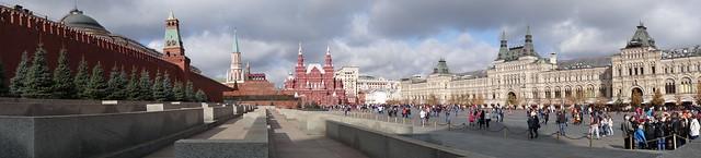 De gauche à droite : Le mur du Kremlin, le mausolée de Lénine, le musée d'histoire de la Russie et le centre commerciale Gum