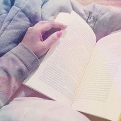 Uma poltrona bem confortável, um bom livro e um edredom quentinho. Tudo o que preciso numa noite fria de sexta-feira depois de uma semana estressante. #100happydays #day59