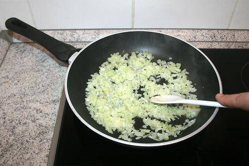 29 - Zwiebeln & -Knoblauch andünsten / Braise onion & garlic lightly
