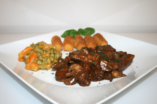 45 - Balsamico-Putengeschnetzeltes mit Kroketten, Erben & Möhren - Seitenansicht / Balsamico turkey chop with croquettes, peas & carrots - Side view