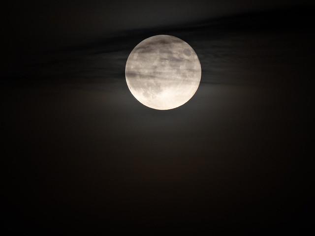Hold a felhők mögött 1