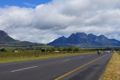Стелленбос расположен в Западной Капской провинции, в 50 километрах к востоку от Кейптауна, на реке Эрсте, в долине, окружённой горами.