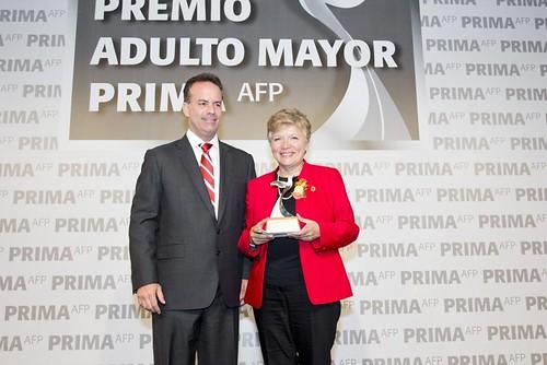 Prima AFP distingue a la Dra. Liliana Mayo con el Premio Adulto Mayor