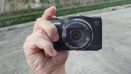 ตัว Grip ของ Canon PowerShot SX700HS จับค่อนข้างถนัดถนี่ดี ไม่ลื่นมือ