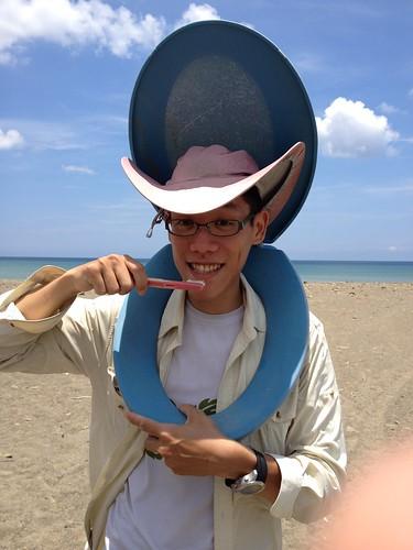胡介申與海洋廢棄物的合照。圖片來源:胡介申