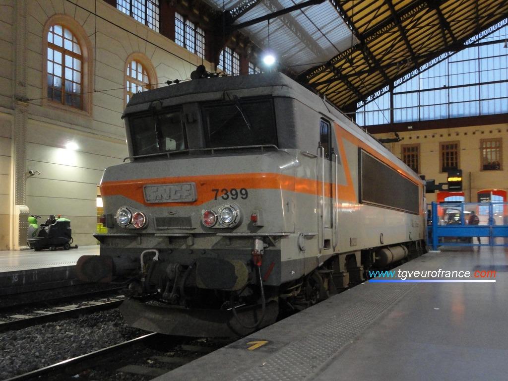 La locomotive BB 7399 Alsthom à la voie B en gare de Marseille Saint-Charles le 4 octobre 2014