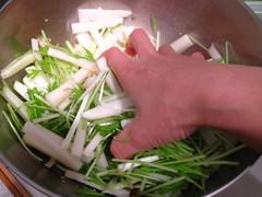 大根と水菜の茎の部分を和えます