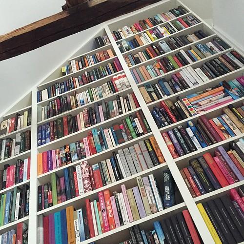 Älskar min bokhylla. Älskar att den här bilden bara visar en tredjedel av den.