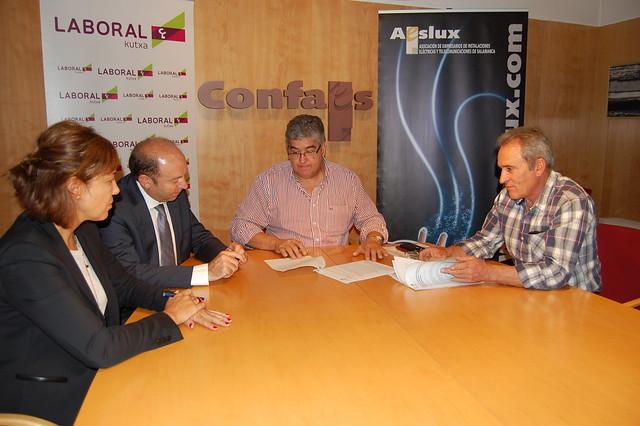Firma del convenio entre AESLUX y Laboral Kutxa
