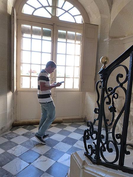 clem dans l'escalier d evillandry