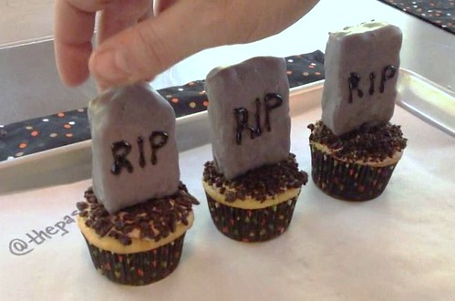 Halloween Graveyard Tombstone Cupcakes with Rice Krispie Treats!