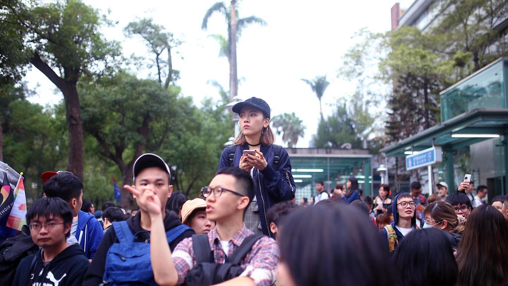 婚姻平權 世界人權日遊行 Taipei, Taiwan / Sigma 35mm / Canon 6D 偷拍一些我看到的畫面,雖然那時候本來有點想要先告知對方,但又怕告知後對方不同意,所以只好像這樣拍,如果畫面中的人物有認識的,或是反應不想要出現,可以來和我說,我會移除。  在此之前先感謝在畫面中的每一個人!  她站在路口旁的柱子上等人,像這樣類型的女孩,想想,我似乎沒遇見過,但我卻很喜歡這樣有點黑色元素打扮的女孩。  也很好拍照!應該吧,沒拍過。  Canon 6D Sigma 35mm F1.4 DG HSM Art IMG_0482_16x9 2016/12/10 婚姻平權 世界人權日遊行 Photo by Toomore
