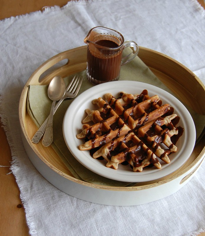 Banana waffles with chocolate sauce / Waffles de banana com calda de chocolate