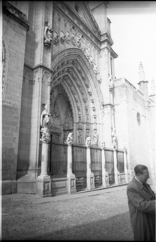 Puerta de los Leones de la Catedral en Toledo a mediados del siglo XX. Fotografía de Roberto Kallmeyer © Filmoteca de Castilla y León. Fondo Arqueología de Imágenes