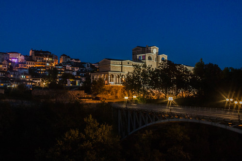 city night lights view nightshot atmosphere bulgaria velikotarnovo borisdenevartgallery stambolovbridge