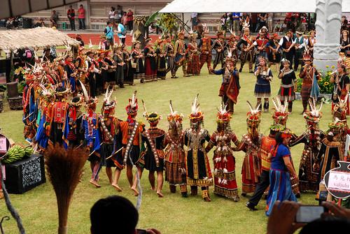 排灣族收穫祭上人人都佩帶熊鷹羽毛,是文化榮景抑或經濟榮景?(攝影:黃永坤)