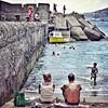 En San Cristobal el muelle es buen lugar para lanzarse al agua la chiquillería y los adultos pescar o relajarse al sol con un par de  'tropicales'.