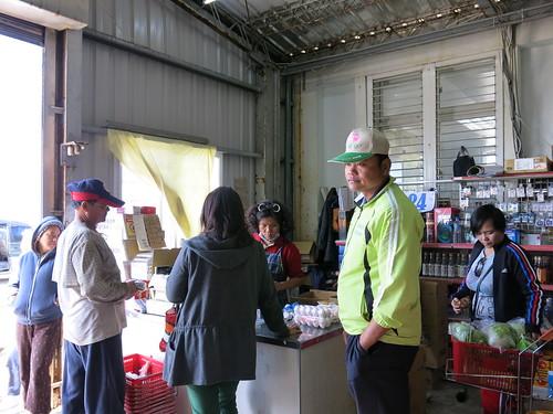 蘭嶼人多至傳統超市消費;每週二為補貨的日子,超市也顯得較為熱鬧。攝影/何怡君