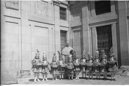Niños en un patio de la Catedral durante el Corpus Christi de 1951 en Toledo. Fotografía de Roberto Kallmeyer © Filmoteca de Castilla y León. Fondo Arqueología de Imágenes