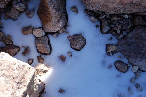 足元の残雪