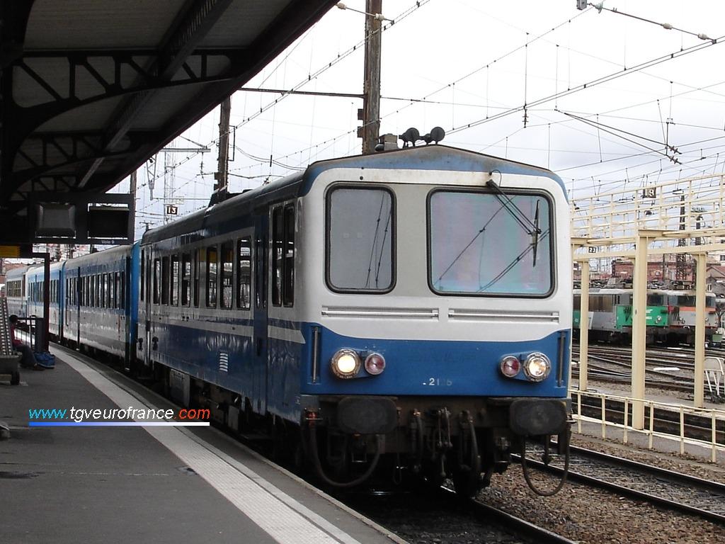 Un autorail thermique X2100 SNCF de la Région Midi-Pyrénées entrant en gare de Toulouse Matabiau