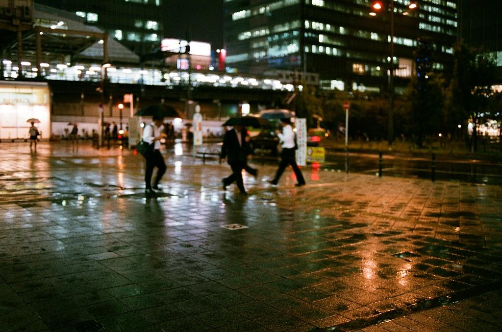 秋葉原 Akihabara, Japan / AGFA VISTAPlus / Nikon FM2 這場景的確很熟悉,我又跑回來當初拍妳的地方,這裡是我開始拍妳的第一鏡,很巧的是剛好也是在下雨,只是我的這一天雨比較大。  從神保町一路走過來秋葉原這裡,在秋葉原駅前找到這個位置,退回到地圖佈告欄前向後轉,拿起一樣焦段的鏡頭,憑著回憶拍下來。  唯一不同的是,畫面中不再有妳了 ...  Nikon FM2 Nikon AI AF Nikkor 35mm F/2D AGFA VISTAPlus ISO400 0996-0005 2015/10/01 秋葉原 Akihabara, Tokyo, Japan Photo by Toomore