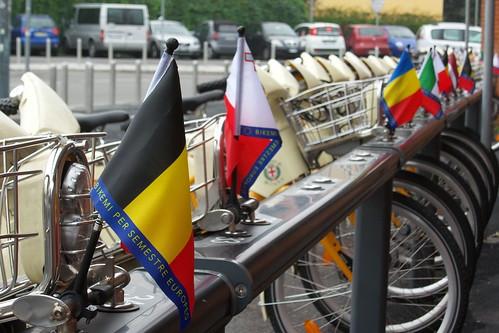 #Bandiere, biciclette e auto in sfondo