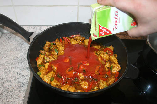 32 - Mit passierten Tomaten ablöschen / Deglaze with tomatoes