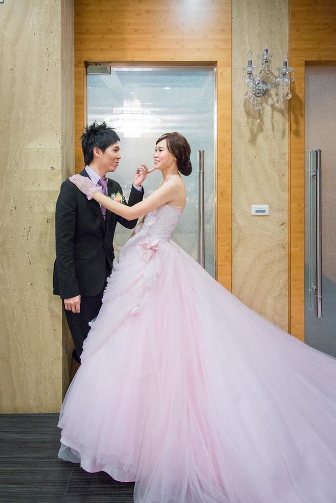 新娘與新郎可愛的互動