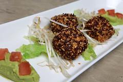 Crocchette di pollo allo zenzero, semi di lino e di sesamo, pak-choi, germogli di soia, salsa allíavocado