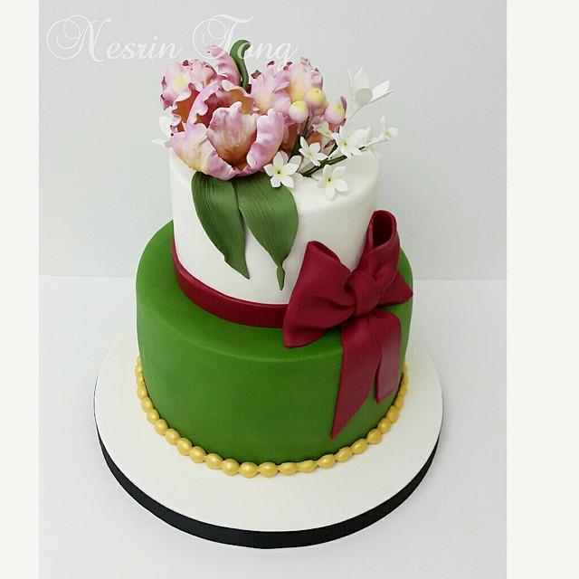 Sevgili Burcu hn. ve Ertugrul Beyin nişan pastası.. kendilerine mutluluklar diliyorum...... Pastanın tasarımı ve renkleri çok sevdiğim arkadaşım sevgili @burcinbirdane 'ye aittir..Ben de bayılarak yorumladım. Ellerine fikrine sağlık... #sugarpasteflower