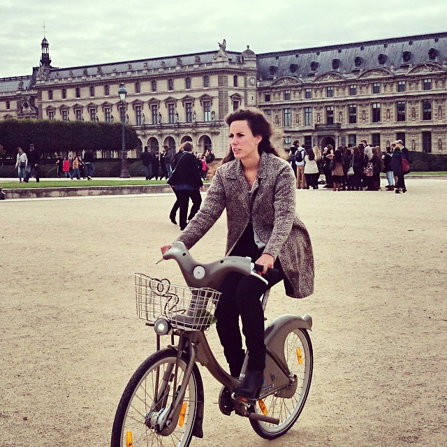 PARIS CYCLE CHIC lady cycling on velib in front of the Louvre #velib #velo #paris #parijs #louvre #cyclechic #womanonbike