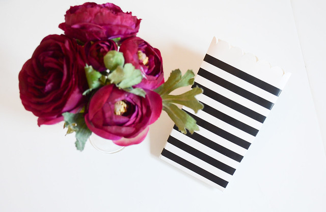 DIY HOEM DECOR: use black and white striped paper bag and vase for flowers (ranunculus)