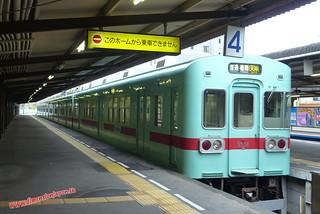 P1060372 Trenes en una desconocida estacion al pasarnos de parada (Fukuoka-Dazaifu) 12-07-2010 copia