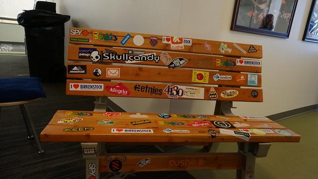 사무실에 있는 의자에는 자포스에서 투자하고 있는 스타트업 회사의 스티커가 붙혀져 있다 (CC BY-SA / @Jennifer)